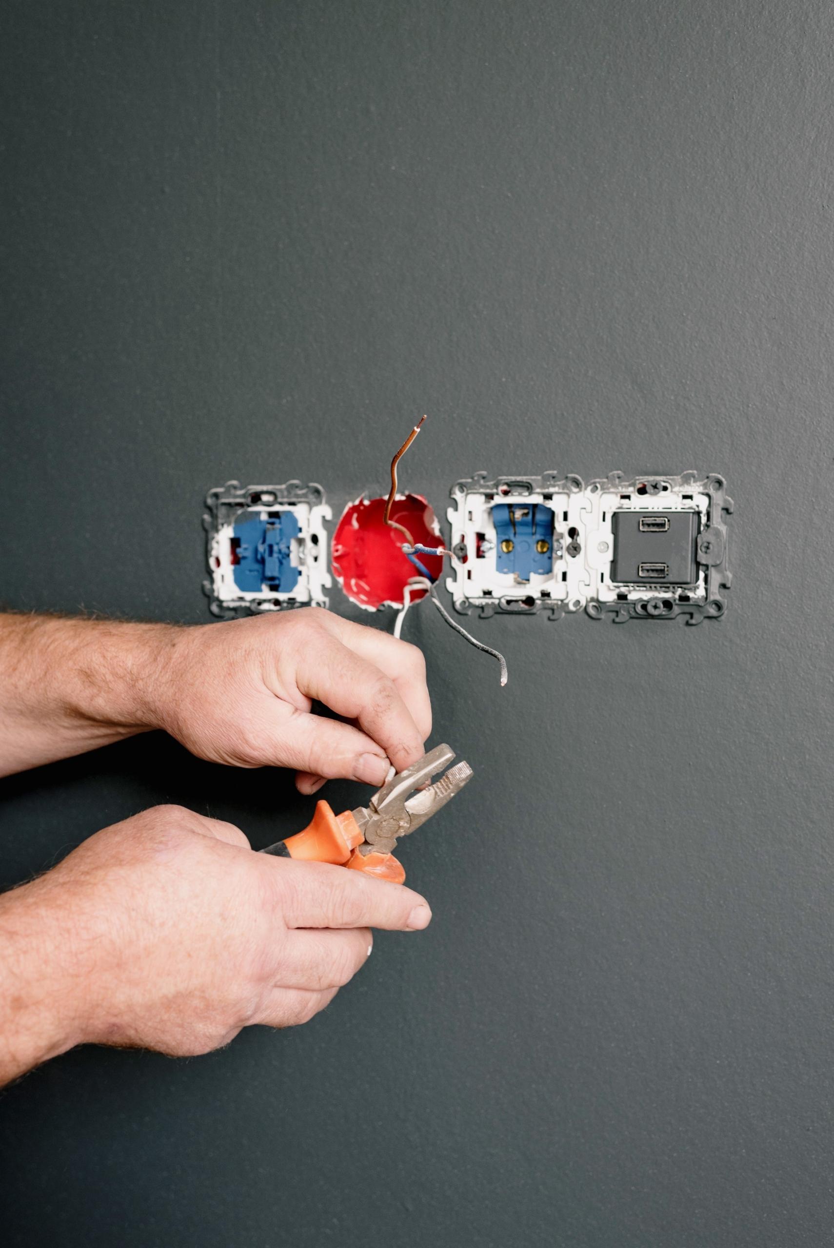 Aderendhuelsenzange erleichtert Arbeiten mit Kabel